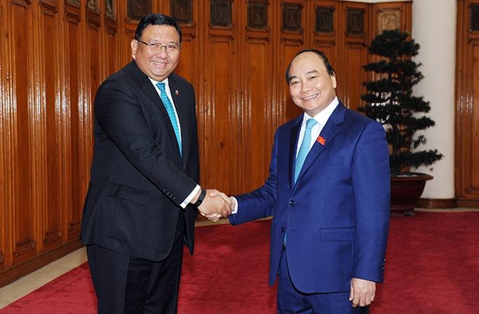 Thủ tướng Chính phủ Nguyễn Xuân Phúc và Bộ trưởng Ngoại giao Philippines - Ảnh VGP/Lê Sơn