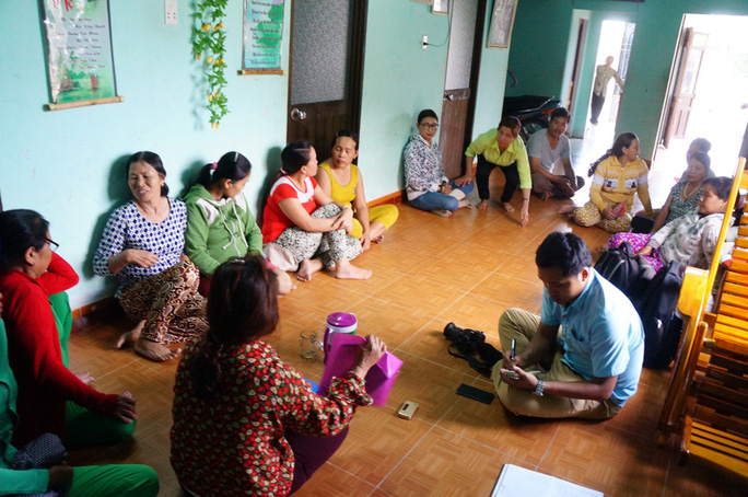 Người nhà các ngư dân và người dân địa phương tập trung tại nhà bà Luận để động viên, chia sẻ nhau
