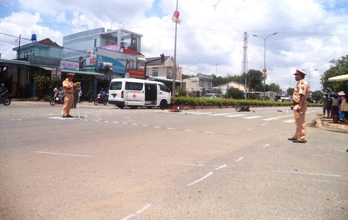 Sau khi tông xe máy, xe cứu thương húc vào dải phân cách