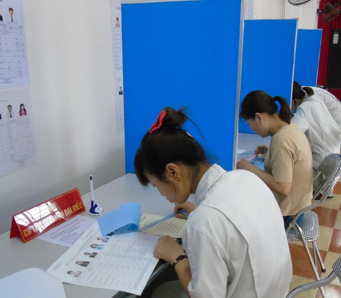 Công nhân đang xem xét để lựa chọn những đại biểu xứng đáng để bỏ phiếu