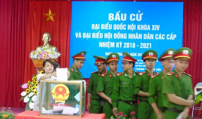 Lực lượng vũ trang, công nhân bỏ phiếu tại tổ bầu cử số 8, xã Kim Chung, huyện Đông Anh