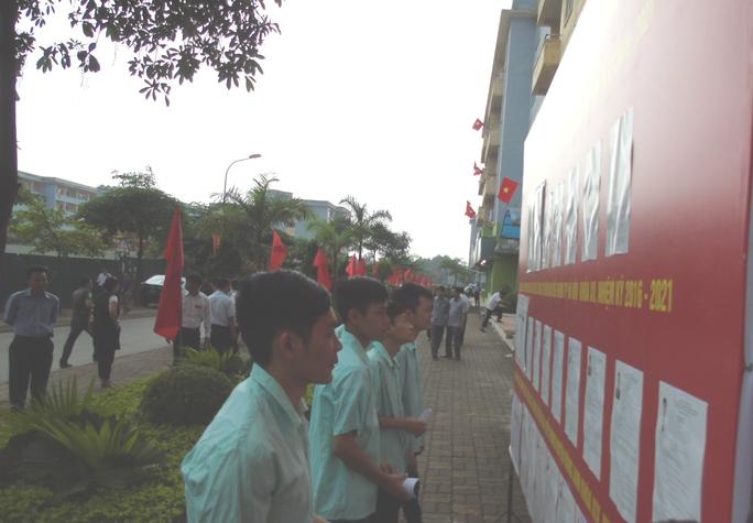 Công nhân ở KCN Bắc Thăng Long tìm hiểu thông tin các ứng viên trước khi bỏ phiếu