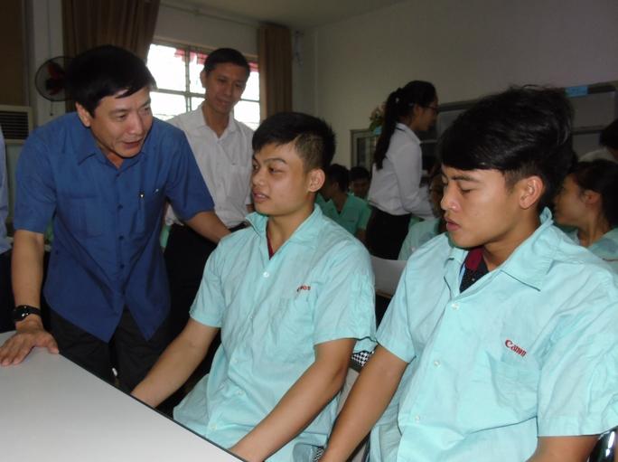 Chủ tịch Tổng LĐLĐ Việt Nam Bùi Văn Cường trò chuyện với công nhân KCN Bắc Thăng Long trước giờ bỏ phiếu