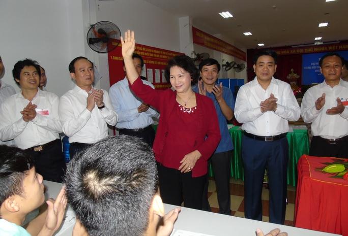 Chủ tịch Quốc hội, Chủ tịch Hội đồng bầu cử Quốc gia Nguyễn Thị Kim Ngân đã đến kiểm tra công tác bầu cử đại biểu Quốc hội và đại biểu HĐND các cấp nhiệm kỳ 2016-2021, tại tổ bầu cử số 8, xã Kim Chung, huyện Đông Anh (Hà Nội) sáng 22-5