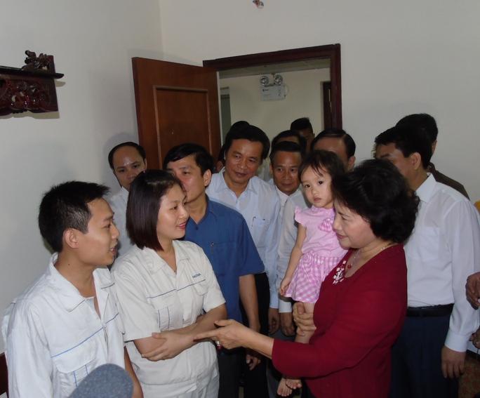 Chủ tịch Quốc hội Nguyễn Thị Kim Ngân, Chủ tịch Tổng LĐLĐ Việt Nam Bùi Văn Cường và đoàn công tác đã đến thăm hỏi, động viên, tặng quà một số gia đình công nhân ở xã Kim Chung, huyện Đông Anh