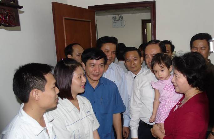 Chủ tịch QH Nguyễn Thị Kim Ngân thăm công nhân ngày bầu cử