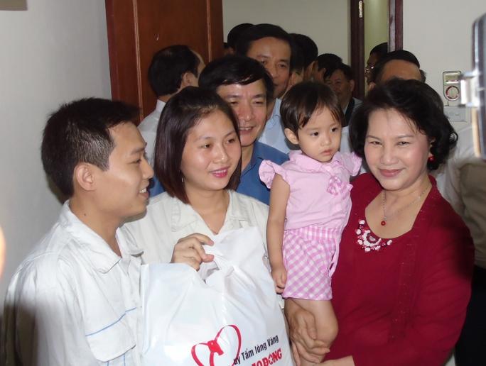 Niềm vui của công nhân khi được đoàn công tác đến thâm và tặng quà