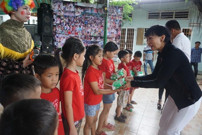 Ca sĩ Lệ Thu Nguyễn trao tặng quà 1-6 cho trẻ em mồ côi
