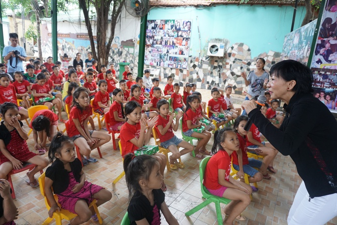 Ca sĩ Lệ Thu (Nguyễn) cùng hát với trẻ em mồ côi