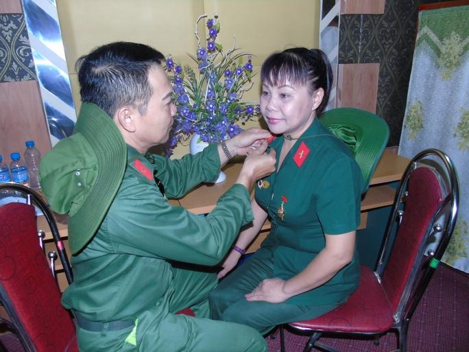 Những chiến sĩ tuyên văn năm nào sáng 11-7 đã dậy từ rất sớm, chuẩn bị trang phục chỉnh tề để lên thăm đồng đội