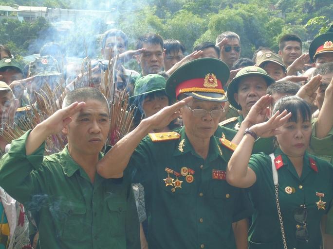 Các cựu chiến binh Sư đoàn 356 tưởng niệm các liệt sĩ Vị Xuyên tại đài tưởng niệm liệt sĩ Thanh Thủy - Vị Xuyên sáng 11-7-Ảnh: Văn Duẩn