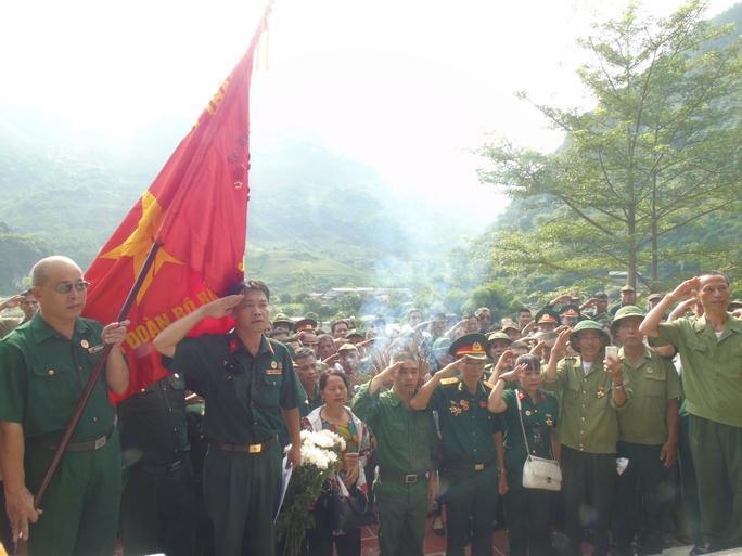 Họ đã thành kính làm lễ trước anh linh các đồng đội ở Đài tưởng niệm Thanh Thủy