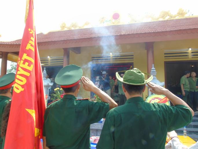 Những người lính chào đồng đội trước lúc chia tay