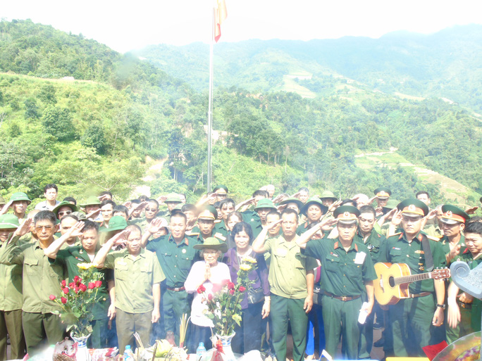 Những cựu chiến binh Sư đoàn 356 lên thắp hương và tưởng niệm các đồng đội trên Nhà tưởng niệm trên điểm cao 468.