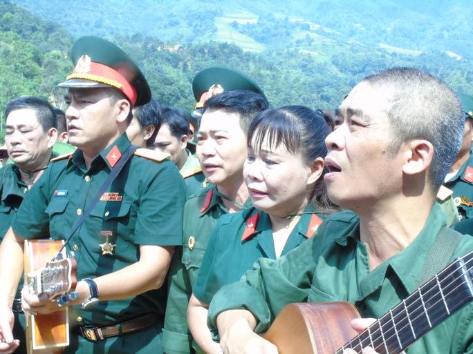 Nhạc sĩ Trương Quý Hải (bìa phải), cựu binh Sư đoàn 356, cùng các đồng đội hát vang bài hát Về đây đồng đội ơi do anh sáng tác với sự day dứt và tiếc thương không nguôi để nhớ về những đồng đội đã ngã xuống và thân xác vẫn đang còn nằm lại chiến trường