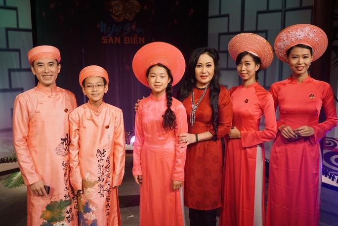 NS Thanh Hằng và các học trò của NS - Bác sĩ Hồng Việt Hải trong buổi giao lưu văn nghệ với CLB Tiếng hát Quê Hương.
