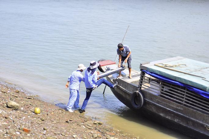 Tổ vận hành chuyển thiết bị xuống nước