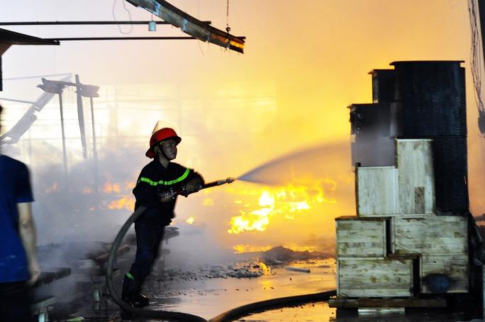 Cháy dữ dội tại công ty gỗ ở Đồng Nai