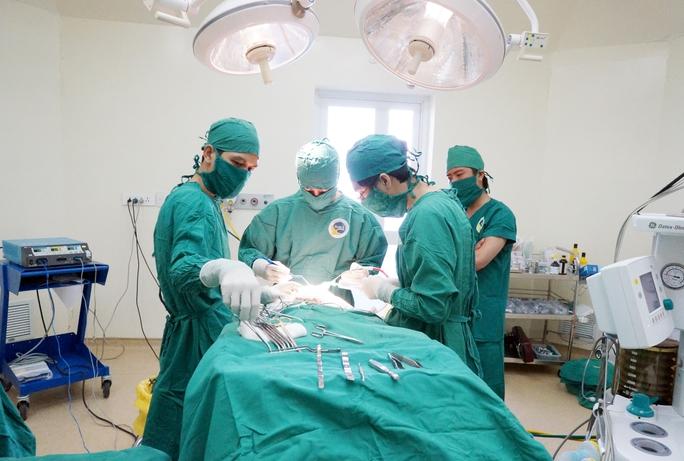 Các bác sĩ đang mổ cấp cứu.