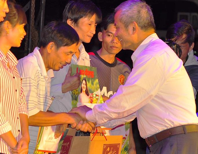 Chủ tịch Tổng LĐLĐ Việt Nam Đặng Ngọc Tùng trao quà cho các công nhân có hoàn cảnh khó khăn