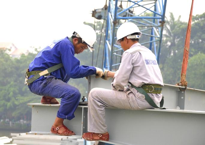 Công việc được giám sát chặt chẽ để đảm bảo tiến độ nhưng cũng đảm bảo an toàn và chất lượng, dù vậy đã có tai nạn xảy ra