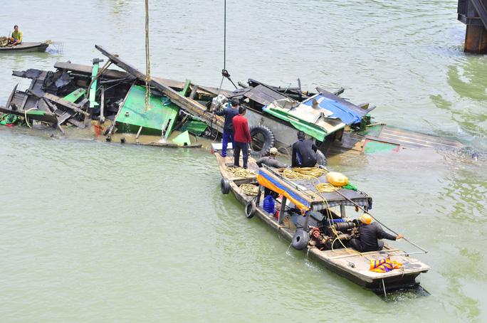Công tác giải tỏa hiện trường, điều tra vụ việc được triển khai lập tức, chiếc tàu kéo và các trụ cầu vỡ nát được vớt lên