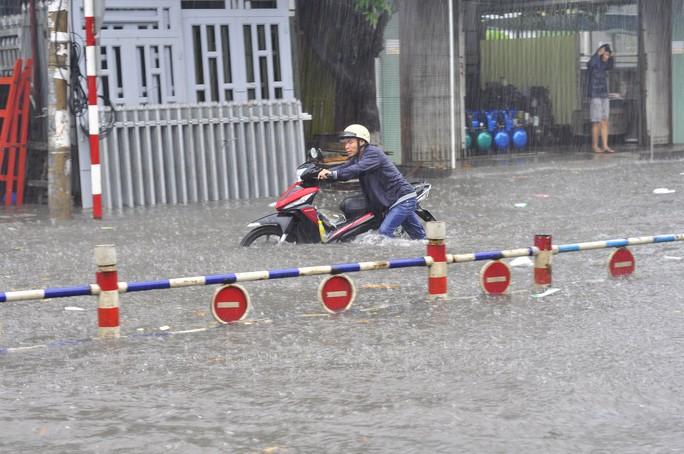 Người dân khổ sở trong cảnh nước ngập gần hết bánh xe