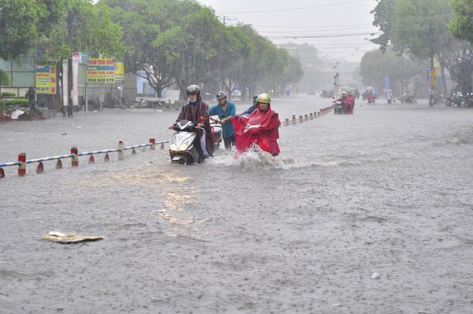 Nhiều người vật vã chiều 16-5 khi đường thành sông ở TP Biên Hòa