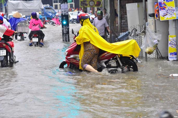 Một phụ nữ vất vả trong vùng ngập sâu và xoáy