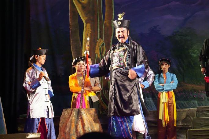 NSƯT Hùng Minh trong vai Mã Tắc (vở Tiếng trống Mê Linh) trên Sân khấu vàng