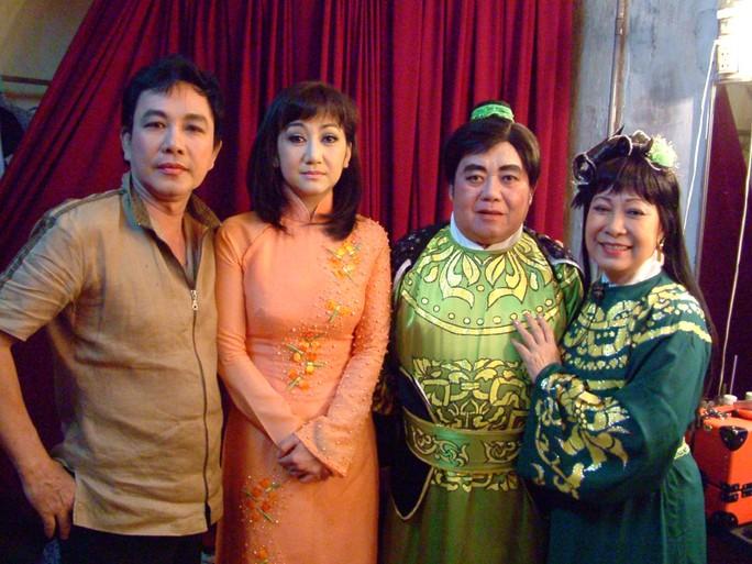 NS Tuấn Thanh, NSƯT Thanh Thanh Tâm chụp ảnh lưu niệm với NS Thanh Hải và NSƯT Ngọc Hương (2 HCV giải Thanh Tâm)