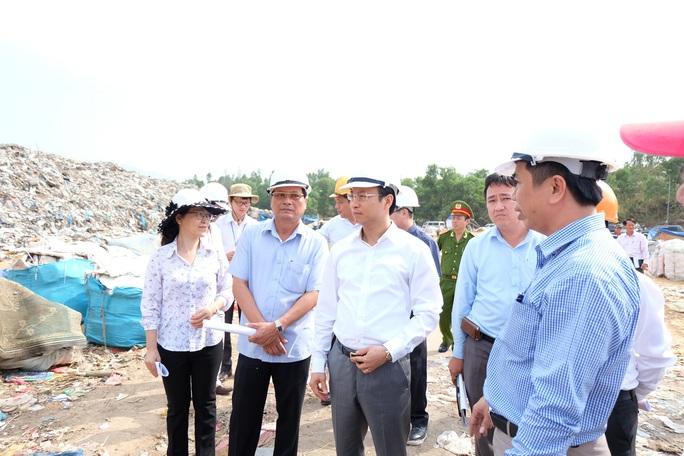 Ông Nguyễn Xuân Anh thị sát tại bãi rác Khánh Sơn