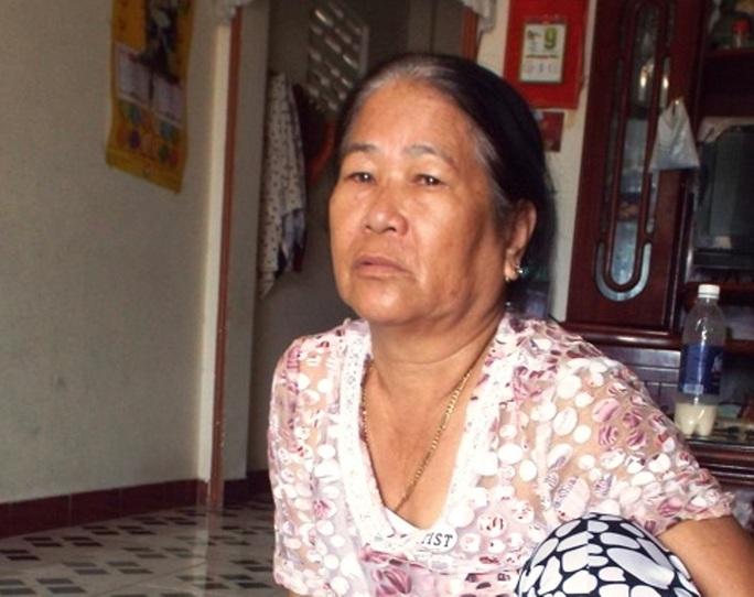 Bà Hồ Thị Bốn người nhà của tàu bị tông chìm ở Hoàng Sa hết sức lo lắng vì 5 ngư dân trên tàu còn đang mất tích