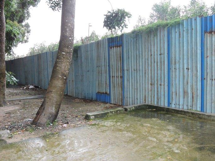 Phía sau hàng rào bằng tôn này là hàng rào bằng gạch đang được hoàn thiện