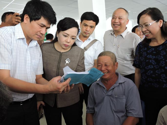 Bộ trưởng Bộ Y tế hỏi thăm người bệnh tại Trung tâm y tế huyện Long Điền