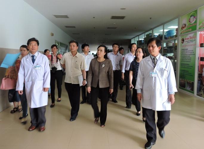 Bộ trưởng cùng đoàn công tác thăm khu khám bệnh của Bệnh viện Bà Rịa