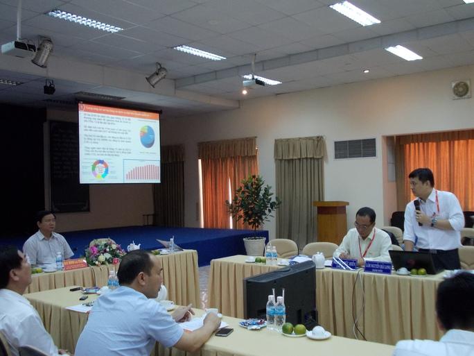 Bí thư Đinh La Thăng nghe ông Lâm Nguyễn Hải Long (đứng) báo cáo về tình hình hoạt động của QTSC.