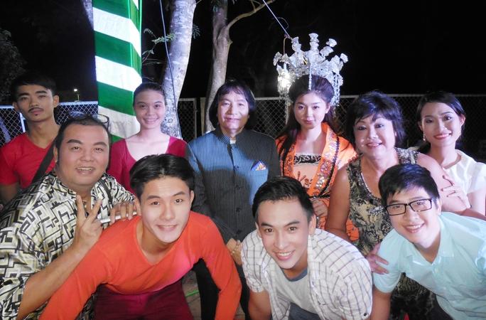 NSƯT Minh Vương và NS Kiều Phượng Loan, Bình Mập trong chuyến lưu diễn tại Long An với CLB Sân khấu Lạc Long Quân