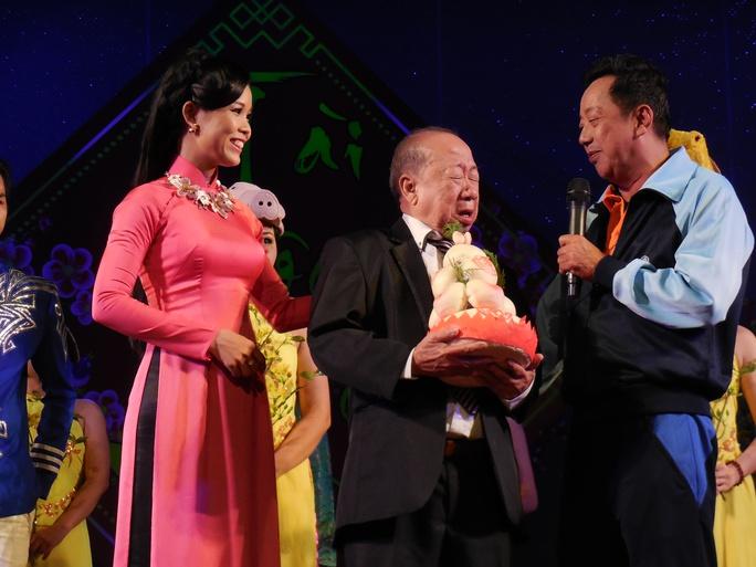 Danh hài Tùng Lâm nghẹn ngào trong lễ mừng thọ 81 tuổi bên cạnh ca sĩ Lâm Ngọc Hoa và NS hài Khánh Nam