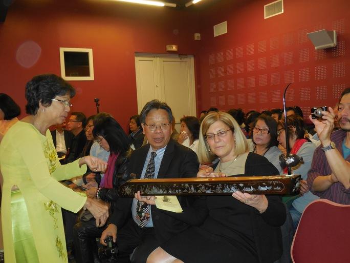 GS Trần Quang Hải giới thiệu với khán giả Pháp về đàn bầu của Việt Nam