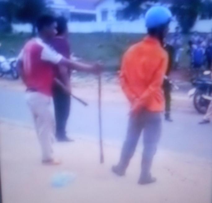 Hai đối tượng cầm dao và gậy tới hành hung lực lượng chức năng. Ảnh cắt từ clip đăng Facebook