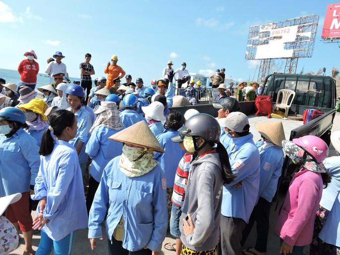 Các xã viên kinh doanh dưới biển dàn hàng đứng không cho xe của lực lượng chức năng làm nhiệm vụ