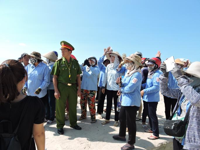Lực lượng chức năng giải thích để các xã viên hiểu về chủ trương của TP Vũng Tàu