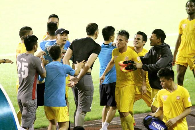 Thủ môn Đặng Văn Lâm (áo đen) và nhóm cầu thủ cùng đội Hải Phòng lao vào định đánh nhau ngay trên sân