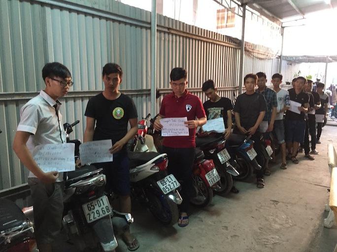 Nhóm thanh niên chuẩn bị đua xe trái phép