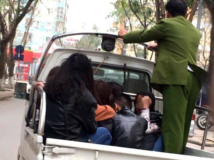 Lực lượng công an đưa 9 nam, nữ thiếu niên về trụ sở để làm rõ - Ảnh: Facebook