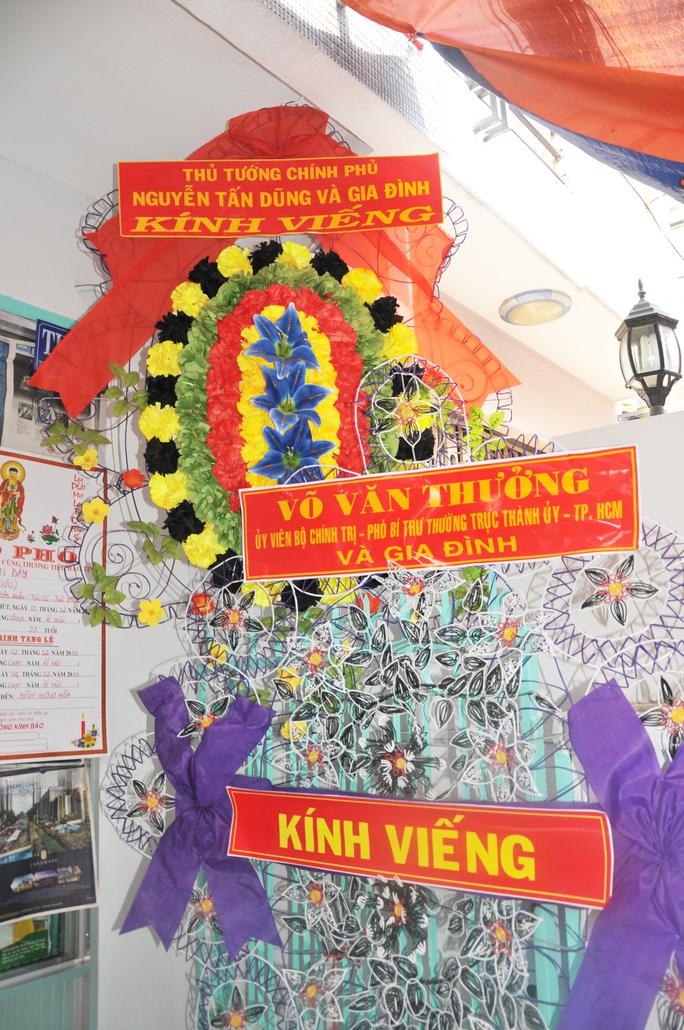 Tràng hoa của Thủ tướng Nguyễn Tấn Dũng và tràng hoa của ông Võ Văn Thưởng - Phó Bí thư thường trực Thành Ủy TPHCM kính viếng Soạn giả NSND Viễn Châu