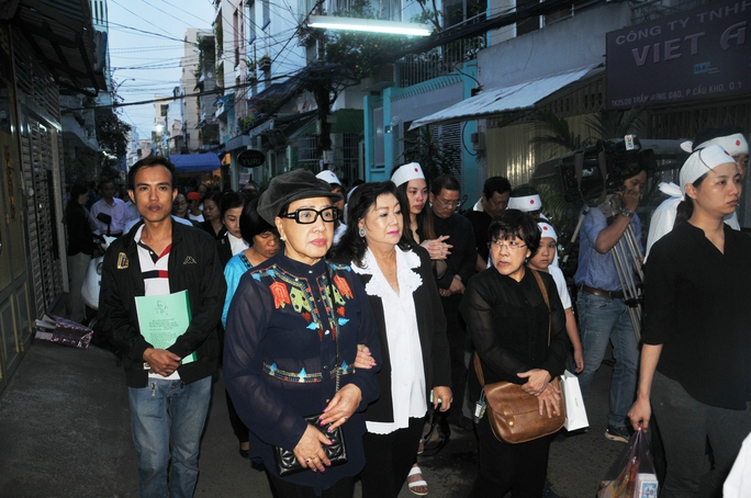 NSND Lệ Thủy, Kim Cương, đạo diễn Hồng Dung đi sau quan tài đưa Soạn giả NSND Viễn Châu về nơi an nghỉ cuối cùng