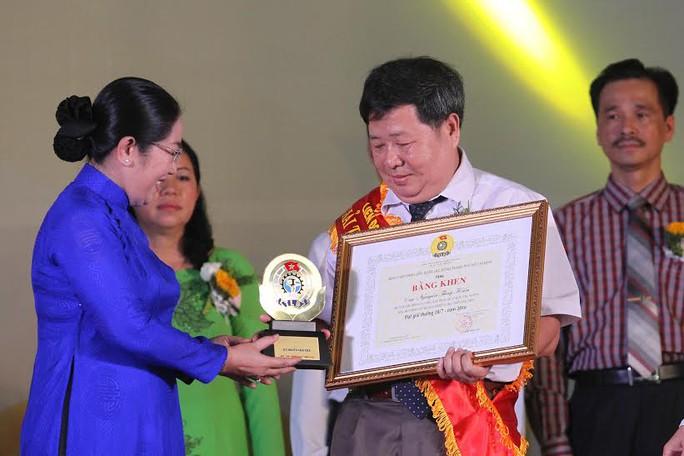 Bà Võ Thị Dung, Phó Bí thư Thành ủy, trao biểu trưng cho thủ lĩnh Công đoàn đoạt Giải thưởng 28-7