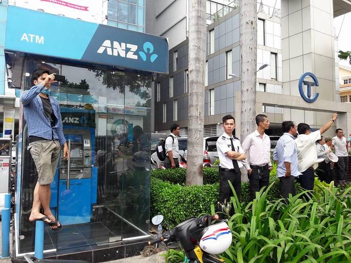 Người Sài Gòn dồn về đường Trường Sơn - con đường cuối cùng dẫn vào sân bay Tân Sơn Nhất - để tạm biệt ông Obama